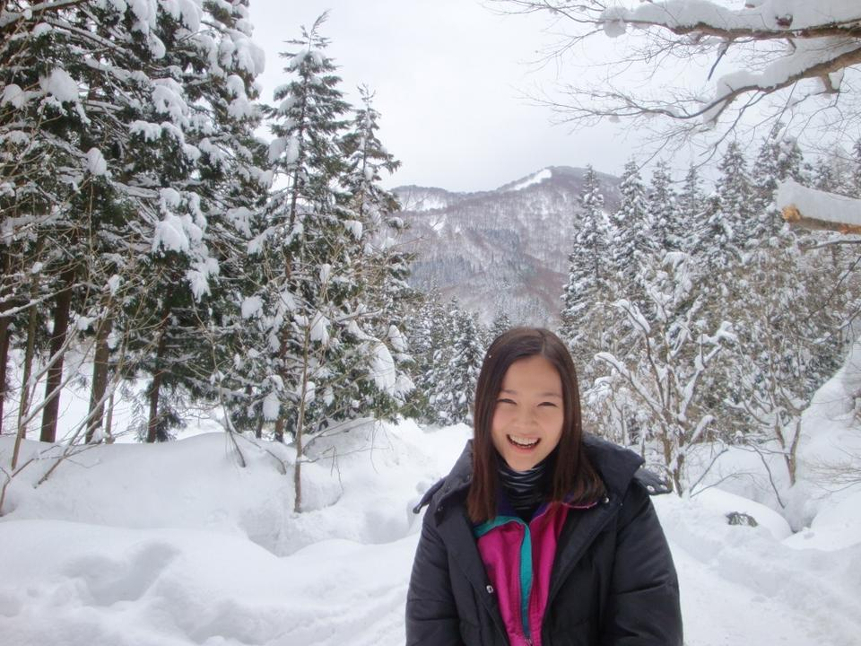 一面雪の中で楽しそうに笑うモフモフな格好の草刈麻有